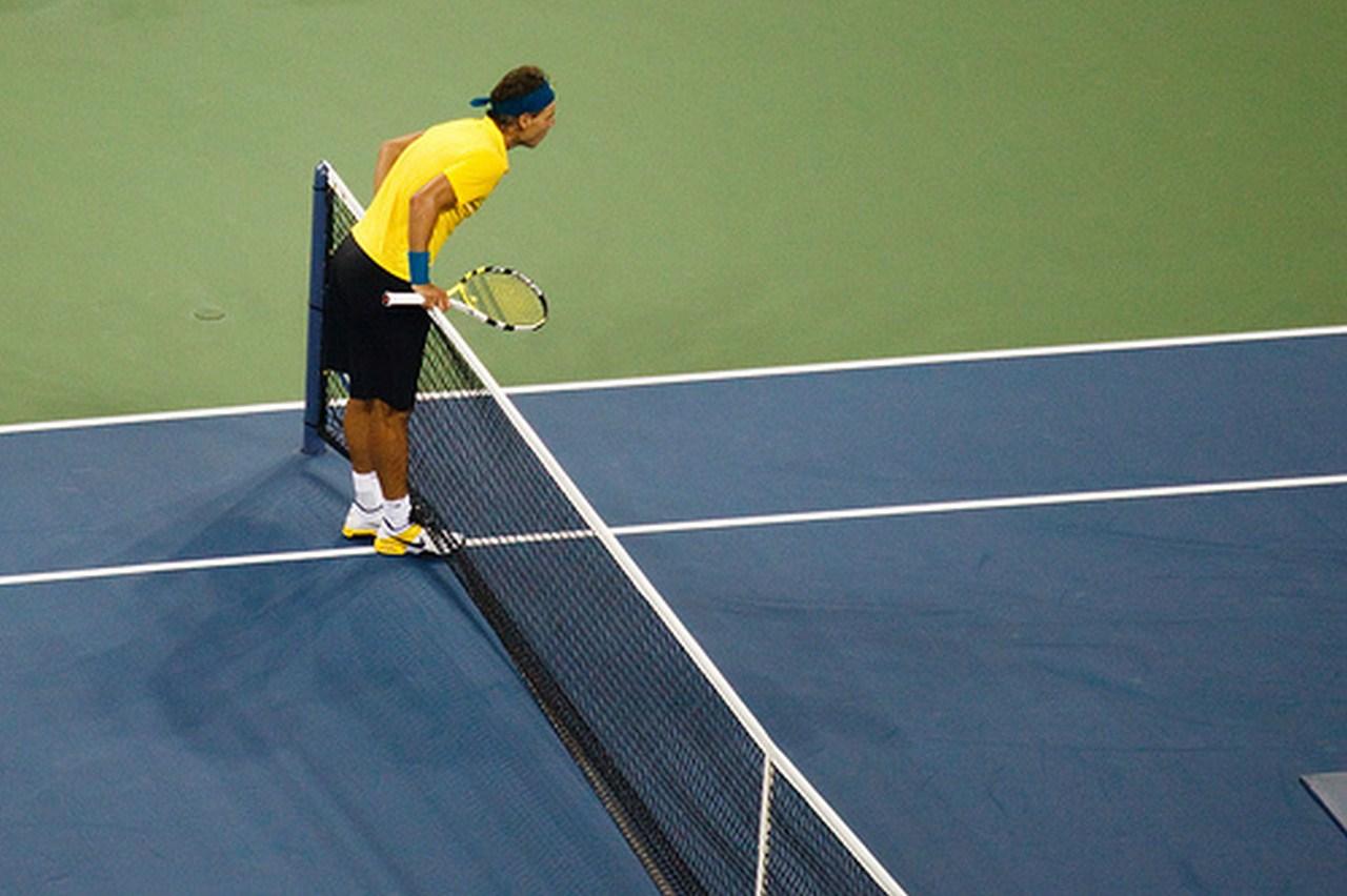 Rafa Nadal cherche la marque de la balle de tennis