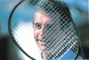 Guy François Becq derrière sa raquette de tennis
