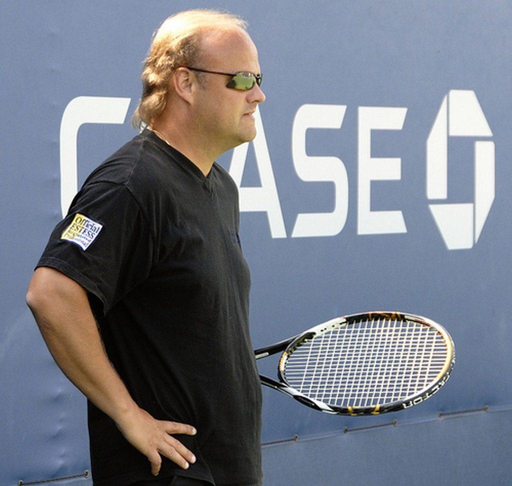 Coach de tennis professionnel en plein travail