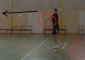 Steph ferme trop tôt le tamis de sa raquette, donne à la balle une trajectoire descendante et joue trop court.