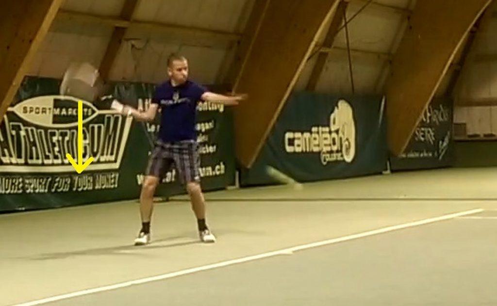 Quand la balle rebondit, la tête de raquette doit être déjà en bas pour pouvoir remonter correctement.