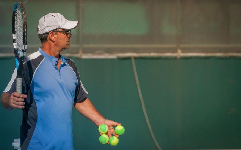 Un professeur de tennis en action
